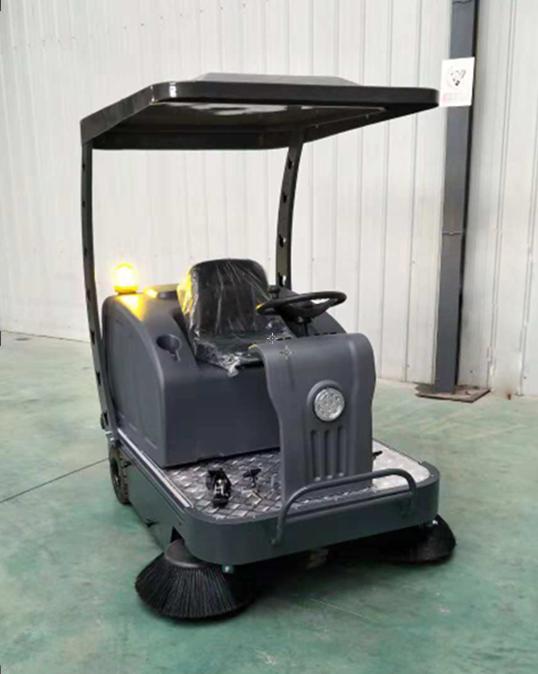 锋丽电动扫地车 驾驶式扫地车清扫木屑中