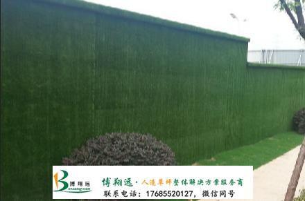 室外墙面假草坪是怎么固定的