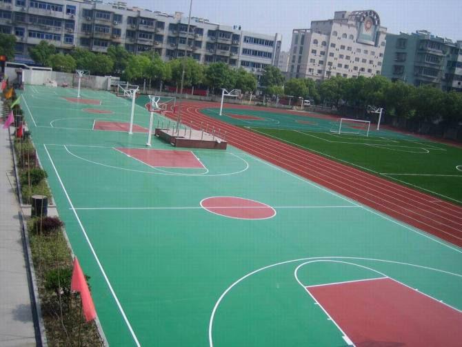 篮球场弹性层施工现场,学校篮球场必选材料之一,使用寿命长