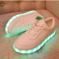 开发推出首款蓝牙控制来电与信息闪灯发光真皮板鞋与球鞋