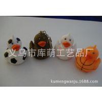 供应搪胶环保pvc鸭玩具 棒球发声感温变色鸭 公仔挂件