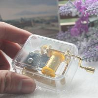 创意礼物音乐盒水晶八音盒亚克力透明手摇卡农送男女情侣金色机芯