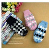 8413 韩国秋冬针织手套 情侣手套冬季热销超可爱格子保暖女生手套