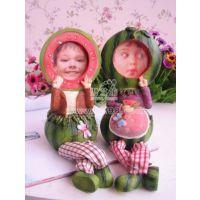 创意礼品摆件 西瓜格子布腿相框娃娃SW413A,B   树脂娃娃
