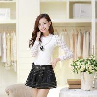 供应韩版修身蕾丝打底衫+PU皮拼接短裤裙二件套 送模特同款项链