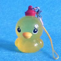 做工精细立体鸭子入油手机挂件,搪胶鸭子入油手机挂件