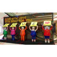 商场迎宾举牌人物玻璃钢卡通雕塑 公共空间艺术装饰美陈摆设雕塑