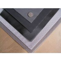 材料:优质低碳钢丝,钢管立柱。工艺:冷拔低碳钢丝焊接成网状,用连接附件与钢管支柱固定。防腐处理为聚乙