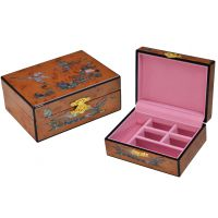 工厂主要生产各种高档礼品包装盒,高光红酒木盒,高光珠宝首饰盒,高档钟表盒,高档笔盒,旋转首饰盒