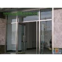 供应供应津南区维修玻璃门 天津津南区安装地弹簧玻璃门技术为强
