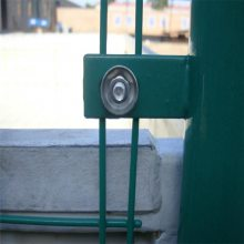 优盾镀锌铁丝牛栏网和浸塑双边护栏网有什么区别