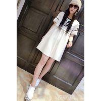 白色板鞋配连衣裙 释放自己的青春