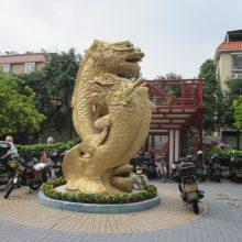 电镀金色鳌鱼玻璃钢定做2米高三条神鱼龙王树脂雕塑仿金龙头鱼厂家