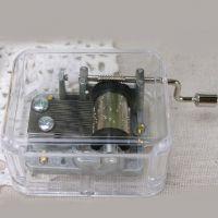 创意礼物音乐盒水晶八音盒亚克力透明手摇卡农送男女情侣银色机芯