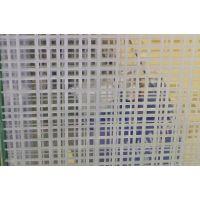 夹胶玻璃是由两片或多片玻璃,之间夹了一层或多层有机聚合物中间膜,经过特殊的高温预压(或抽真空)及高温