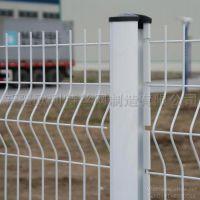 新疆厂家供应优质美观桃形立柱三折弯护栏网、可定制