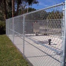 供应包塑勾花网 运动场围网规格 围墙护栏网多少钱一米