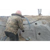 房地产地基工程挖掉上面土层5米遇硬岩体破碎锤打不动深凯推介你三款设备