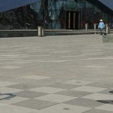 玻璃钢彩绘仿真一家四口休闲玩乐拍照雕像铸铜三口之家爸爸给妈妈孩子旅游照相雕塑摆件商业步行街广场摆件