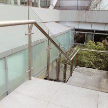 新云 不锈钢栏杆护栏厂家、平台式不锈钢楼梯 玻璃立柱 产品热销中
