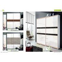 如何用衣柜推拉门来装饰设计有飘窗、有桥梁的卧室空间?
