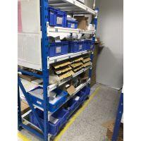 凌乱的货物需要隔板货架来进行整理存储
