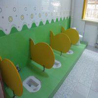 驻马店艺嘉厂幼儿园卫生间隔断 厕所小便挡板 卡通 防水隔板儿童小便池挡板