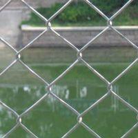 勾花护栏篮球场围栏厂家 不锈钢运动场护栏价格 篮球场护栏厂家