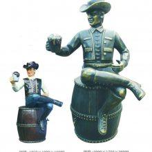 玻璃钢西部牛仔坐酒桶上喝啤酒造型雕像铸铜举啤酒杯仿真人物塑像酒吧啤酒节彩绘人物雕塑现货