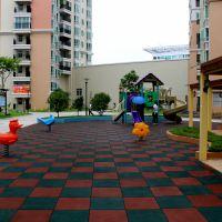 学校安全地垫柏克批发 中山50*50cm正方形橡胶地砖 红蓝绿搭配防滑软垫铺装