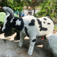深圳仿真奶牛绿雕 彩色草皮雕塑 厂家直销假草坪绿植人工动物草雕园林景观装饰
