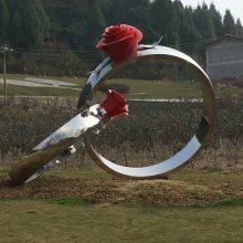 大型不锈钢拉丝戒指模型玻璃钢镜面玫瑰花朵对戒指场景道具金属雕塑景区婚纱摄影广场摆设