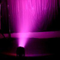 鑫辉舞台灯光7颗 LED摇头染色灯内置多种灯光效果程序,可 脱离控台声控同步运行