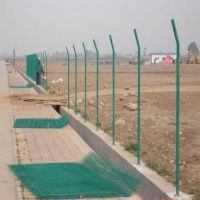 厂家定制公路隔离护栏网 浸塑养殖围栏双边丝护栏网体育球场防护栏网