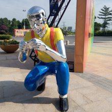 步行街时尚男白领人物雕塑彩绘电镀上班族男士蹲下照相姿势塑像玻璃钢休闲男人半蹲拍照造型雕像定制