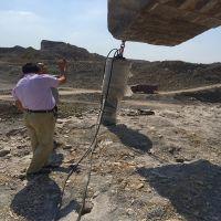 辽宁营口镁石矿开采用什么设备大型机载劈裂机石材开采专用