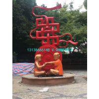 玻璃钢大型红色中国结雕塑广场不锈钢中国结环形雕塑城市形象穿肚兜中国娃娃坐地上玩耍造型雕像