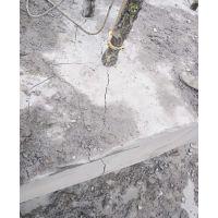 拆除硬石头山上怎么开采石头能赚钱劈裂机