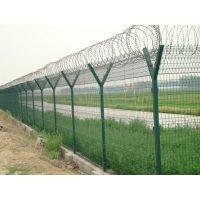 机场护栏网是由V型支架立柱加强型焊接网片和热镀锌刀片刺网组成