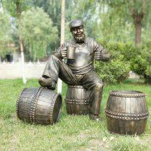 铸铜西部牛仔靠酒桶造型雕像玻璃钢手拿啤酒喝酒雕塑古铜绅士人物雕像庆祝狂欢音乐节摆设