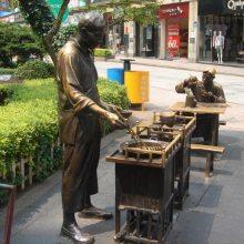铸铜古时挑担卖香油小贩雕像玻璃钢打酱油小孩铜塑像民俗市井小商贩人物做买卖情景雕塑商业步行街摆件