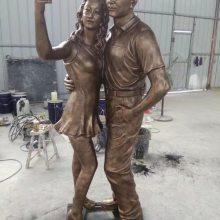 公园铸铜夫妻人物雕像情侣拿手机自拍造型雕塑恋人自拍留影玻璃钢塑像现货