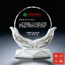 上海市定做退休纪念品的厂家,会议留念礼品,水晶奖牌制作,麦穗陶瓷摆件供应