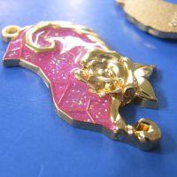 供应女士箱包吊牌 创意玫瑰花精美挂件 金葱粉滴胶钥匙扣金属挂件