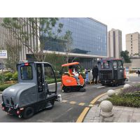 重庆奥科奇的驾驶室扫地机行走在马路上的神态