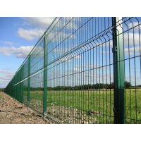 浸塑三折弯防护围栏 桃形立柱绿色护栏网厂家 三角折弯厂区防护网