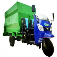 采用农用三轮车运送料草抛撒车 中小养殖场电动撒料车