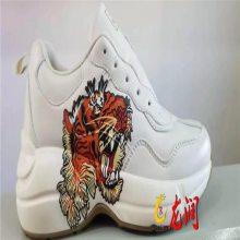 深圳龙润精工2513打印成品鞋子图案LOGO高喷射Uv打印设备