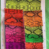 厂家荧光镜面蛇纹PU革 荧光PU印花镜面革 蛇皮纹印花皮革人造革