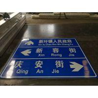 请放下手机,好好走路,注意道路上的交通标志牌